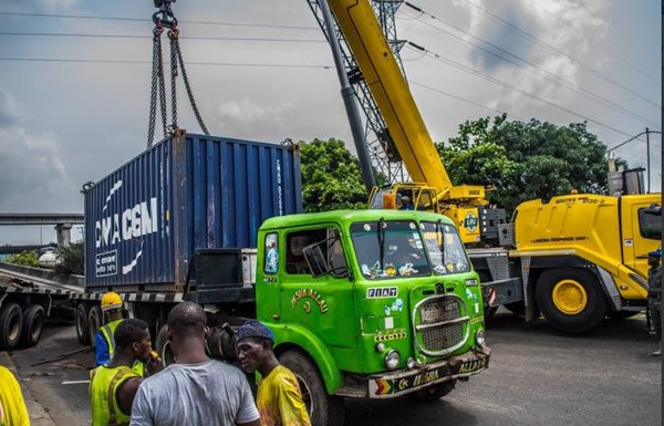 container truck fell along ijora