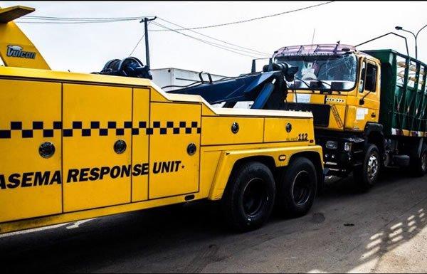 trailer falls on a police van