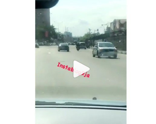 Man reverses his car from V.I to Ikoyi, today, in Lagos. 📹: @prettifiers A post shared by Instablog9ja (@instablog9ja) on Aug 16, 2018 at 1:50am PDT