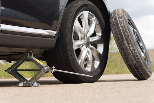 changing flat tyre