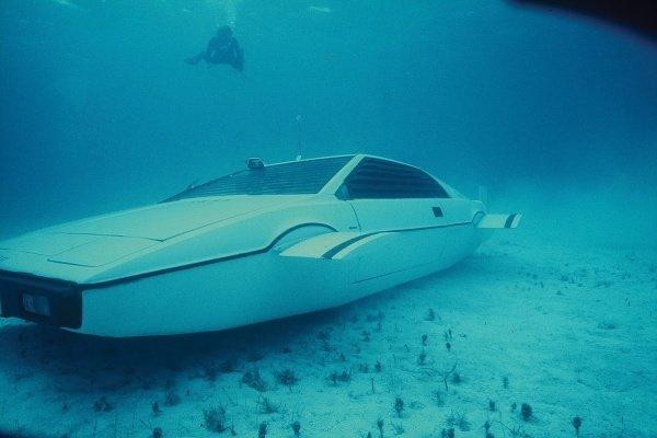 James-Bond-Lotus-Esprit-Submarine-Car