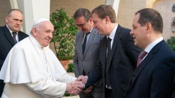 Popemobile-Pope-Francis-Dacia-Duster