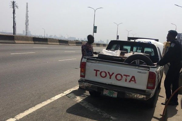RRS-Officers-Helps-With-Some-Fuel-On-Third-Mainland-Bridge-autojosh