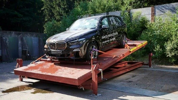 dr-daniel-huber-bmw-engineer-bmw-X5-protection-vr6-autojosh