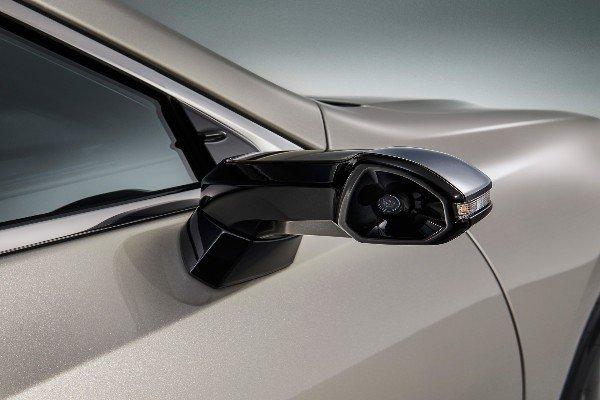 lexus-es-300h-digital-side-view-cameras-monitor