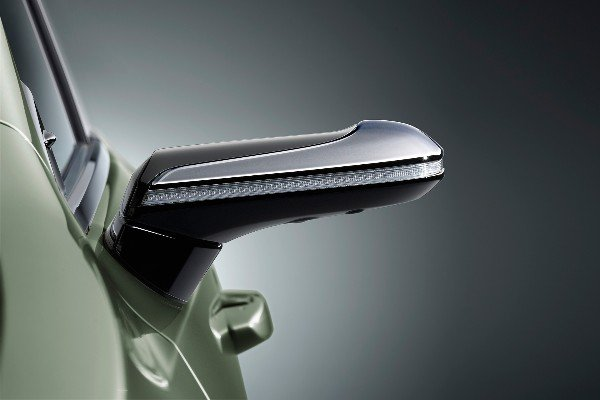 european-lexus-es-300h-digital-side-view-cameras-monitor