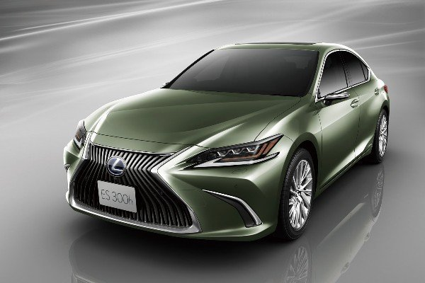 lexus-es-300h-digital-side-view-cameras-monitor