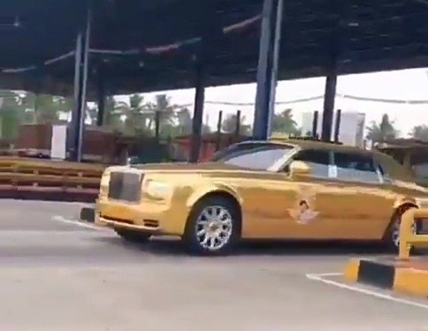 gold-rolls-royce-phantom-taxi-spotted-in-india