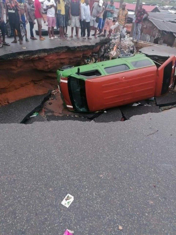 heavy-gridlock-in-aba-abia-state-after-a-commercial-bus-crashed-into-a-massive-sinkhole