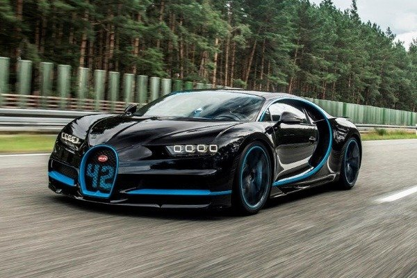 bloodhound-lsr-drag-races-bugatti-chiron-f1-car-and-normal-car