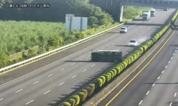 autopilot-watch-a-self-driving-tesla-model-3-crash-into-an-overturned-truck