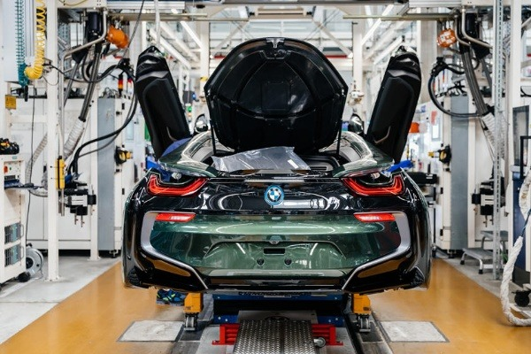 bmw-says-goodbye-to-the-i8-with-18-uniquely-coloured-customised-cars