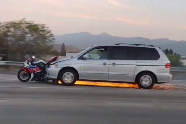 hit-and-run-honda-odyssey-driver-drags-and-destroys-superbike