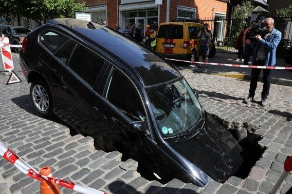 massive-sinkhole-swallows-mercedes-and-bmw-3-series
