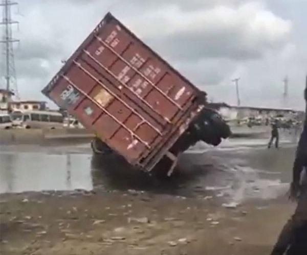 Truck falls  autojosh