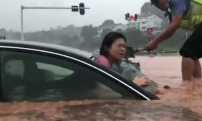 police-breaks-car-window-to-rescue-woman-stranded-in-flood