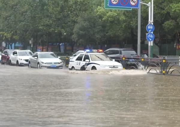 police-breaks-car-window-to-rescue-woman-stranded-in-flood