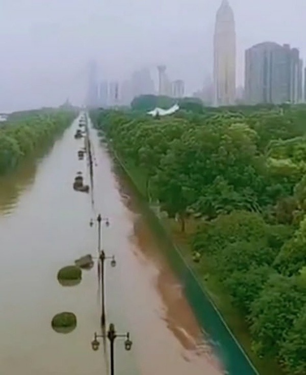 vehicles-floating-like-boats-after-downpour-china