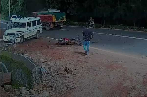moment-a-speeding-mahindra-suv-crashed-into-out-of-control-excavator-to-save-a-bikers-life