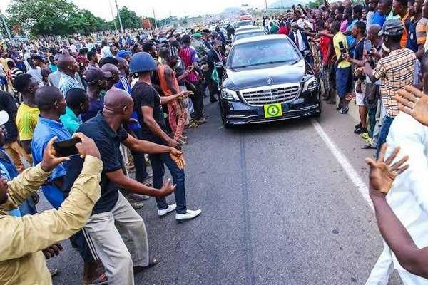 security-aides-jumped-off-vehicle-vp-osinbajos-mercedes-benz-s-class