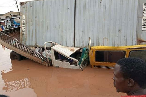 See How This Container Fell And Destroyed Many Vehicles In Ogun State (PHOTOS).