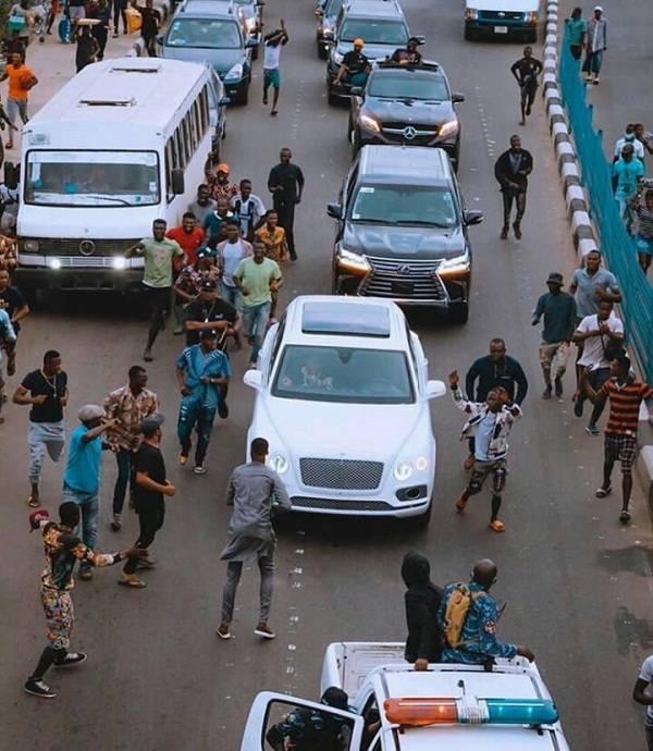 davido moving in convoy
