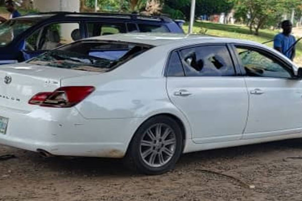 See How Hoodlum Destroyed #EndSars protesters' Vehicles Parked Beside The Protesting Ground In Abuja (PHOTOS/VIDEO)