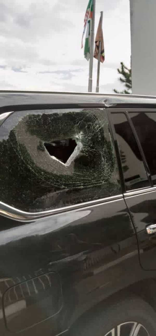 Osun Governor Adegboyega Oyetola's convoy was attacked by thugs while addressing #EndSARS protesters-autojosh