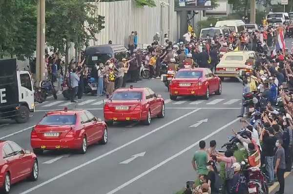Protesters Thai Queen cruises in a convoy of luxury Rolls-Royce and 9 red Mercedes-autojosh