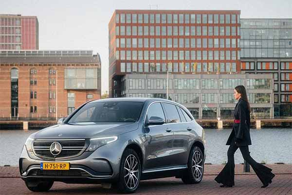 Fashion Blogger Andy Torres Takes Photos With A Mercedes-Benz EQC