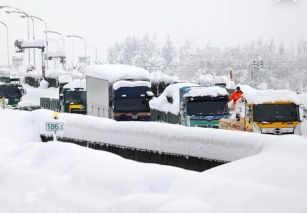 Heavy Snowfall In Japan Traps 2,000 Drivers In 10 miles Long Frozen Traffic Jam - autojosh