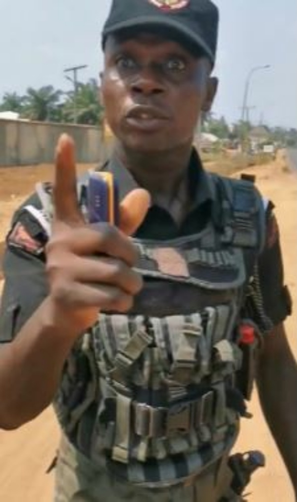 "Motorist Confronts Nigerian Police Officer Who Planted Marijuana ""Igbo"" In His Car To Frame Him Up - autojosh"