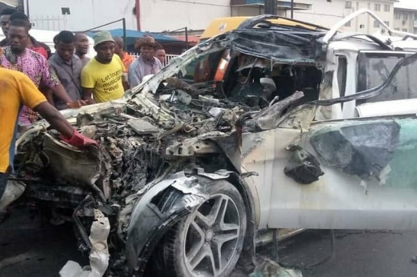 Mercedes-Benz GL SUV Totaled After Ramming Into Truck Carrying Two 20ft Containers In Lagos - autojosh