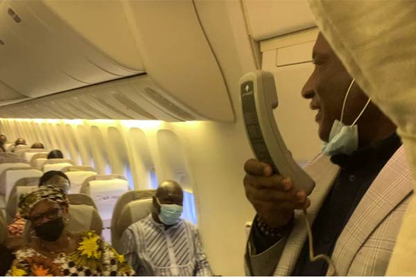 Passengers Excited As Air Peace Boss Onyema Shares Easter Gifts On Lagos–Abuja Flight - autojosh