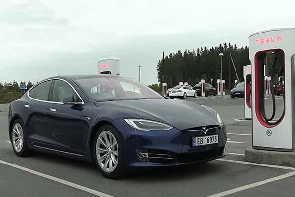 Tesla Reaches Milestone, Celebrates 25,000 Supercharging Stalls Globally (PHOTO)