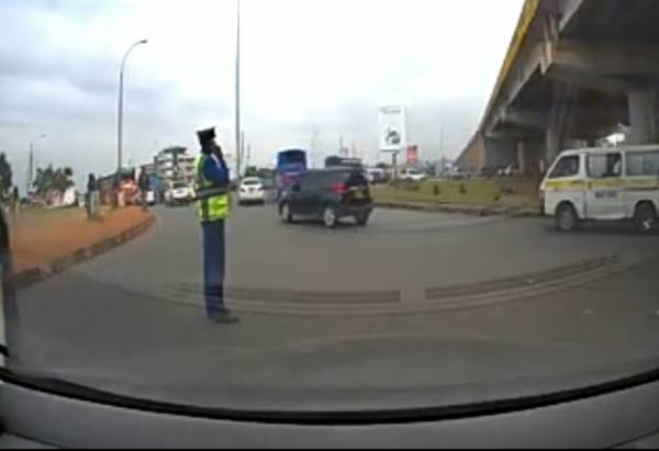 Moment Thieves On Motorcycle Snatched A Phone From Traffic Police Officer - autojosh