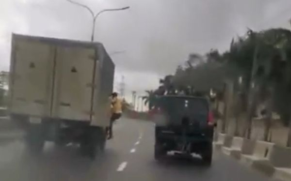Moment LASTMA Official Falls Off A Moving Truck While Trying To Arrest The Fleeing Driver - autojosh