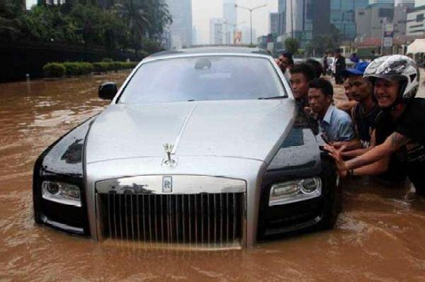 Rolls-Royce Ghost Worth ₦300 Million Stuck Inside Flood - autojosh