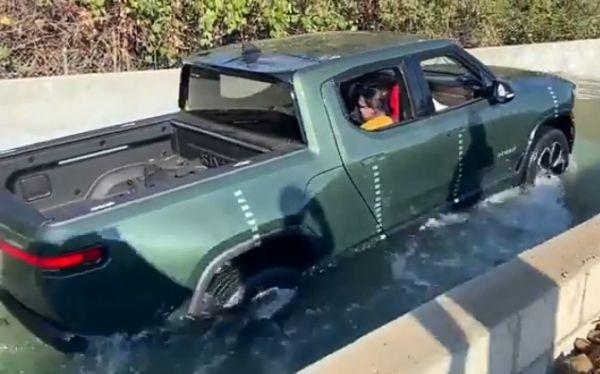 Watch : Rivian R1T Proves Electric Trucks Can Drive Through Deep Water Better Than Petrol/Diesel Cars - autojosh